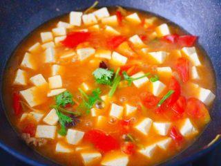 肉末番茄烩豆腐,大火煮沸后,放入香菜段即可。