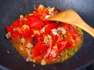 肉末番茄烩豆腐,这个时候加入切块的番茄。