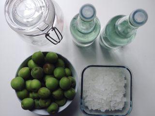 青梅子酒,准备好密封玻璃罐,冰糖、白酒。加白砂糖酒易酸且腻口,建议用冰糖。白酒的度数不能低于30度,酒精浓度低梅子容易腐坏,浓度太高则破坏梅子的营养成分。最好在30~40度之间
