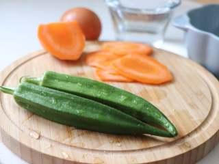 营养丰富的秋葵藜麦炖蛋,秋葵小细毛可以用盐水反复搓洗掉,洗秋葵的时候,尽量是整根清洗,保留粘液。
