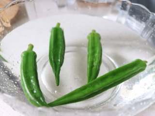 营养丰富的秋葵藜麦炖蛋,捞出后过凉,控水备用。