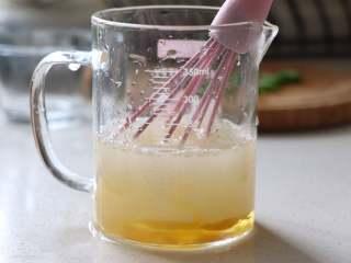 营养丰富的秋葵藜麦炖蛋,鸡蛋蛋散,准备好温水,大约38度左右的温水。