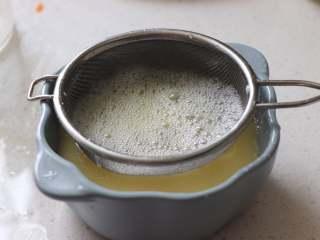 营养丰富的秋葵藜麦炖蛋,用细的网筛过滤到蒸碗中。