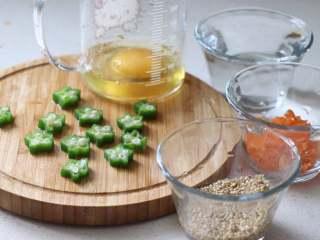 营养丰富的秋葵藜麦炖蛋,鸡蛋倒入温水后打散。