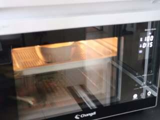 营养丰富的秋葵藜麦炖蛋,放入蒸烤箱中,100度,蒸25分钟。