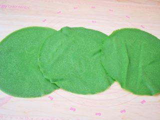 抹茶毛巾卷,将晾凉的饼皮取3张为一组,一张叠一张的铺开
