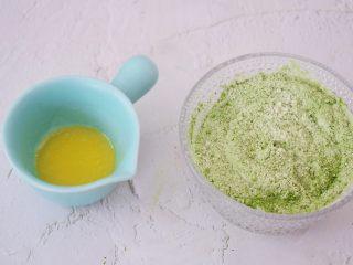 抹茶毛巾卷,黄油隔水融化,低筋面粉加入抹茶粉搅拌均匀备用