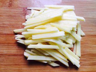 酸辣土豆丝,土豆去皮洗净切成薄片再切成粗细均匀的土豆丝