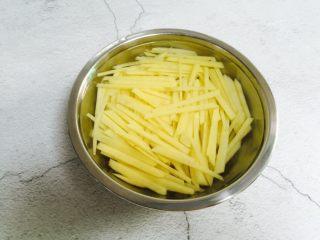 酸辣土豆丝,用清水冲洗数次再放入水里浸泡去淀粉