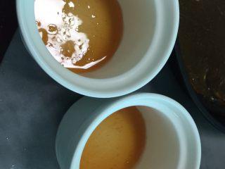布丁烧,将熬好的糖浆倒入自己喜欢的模具或瓷杯中稍凉后放入冰箱冷藏待用