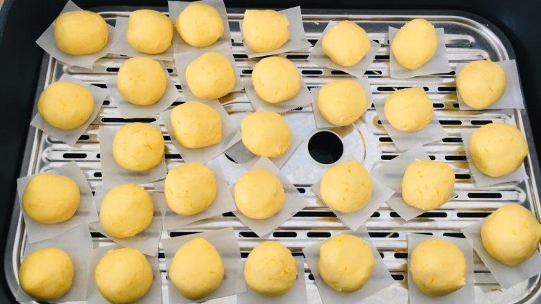 南瓜糯米饼,垫上油纸,蒸8分钟左右即可。