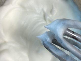 布丁烧,打发至绵稠三次加入白砂糖再次打发至硬性状态,即有一个短挺的尖角。