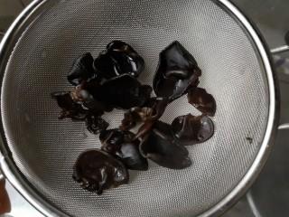 木须肉,焯好的木耳沥水捞出。