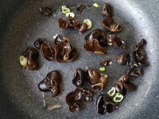 木须肉,下入焯过的木耳,翻炒一下。