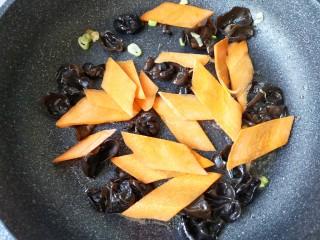 木须肉,加入胡萝卜片翻炒断生。