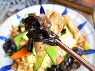 木须肉,滑嫩的肉片,香软的鸡蛋,脆滑的木耳,劲道的胡萝卜,还有清爽的黄瓜,爽口而不失浓郁。