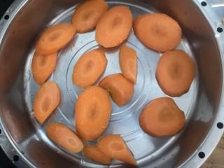 胡萝卜浓汤意面,把胡萝卜,放入蒸锅,上汽后蒸20分钟