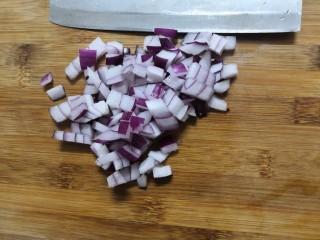 胡萝卜浓汤意面,洋葱,洗干净,切成丁