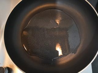 胡萝卜浓汤意面,热锅起油