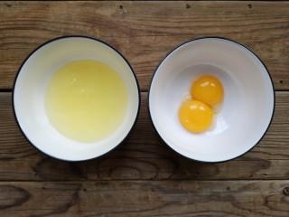 舒芙蕾——给你做舒芙蕾的人 一定很爱你,将蛋白和蛋黄分离,分别放入无水无油的容器中
