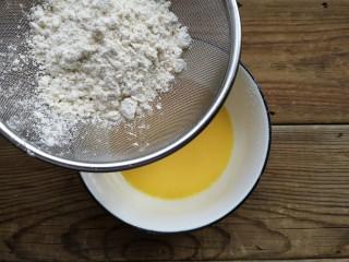 舒芙蕾——给你做舒芙蕾的人 一定很爱你,将低粉过筛加入蛋黄液中。
