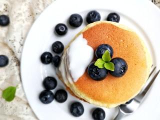 舒芙蕾——给你做舒芙蕾的人 一定很爱你,出锅后在做好的松饼上淋上酸奶就可以啦~也可以根据自己的情况,筛上糖粉,挤上奶油或者是加上棉花糖,巧克力粉之类的进行装饰。