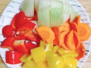 罗勒笔管鱿鱼意面,蔬菜切块儿待用。