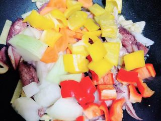 罗勒笔管鱿鱼意面,再加入蔬菜,翻炒均匀。