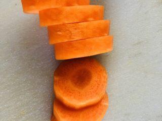 紫菜西兰花树(凉拌菜),胡萝卜去皮后切成一厘米左右的圈圈