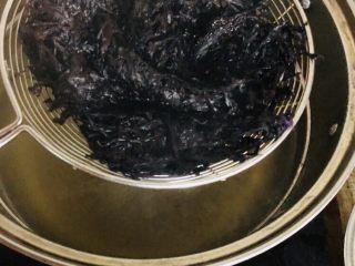 紫菜西兰花树(凉拌菜),用漏勺装着紫菜烫一下捞出备用
