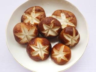 香菇玉米胡萝卜排骨汤,香菇盐水洗净切花刀。