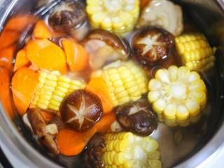 香菇玉米胡萝卜排骨汤,加入没过食材的水,开启煲汤模式。