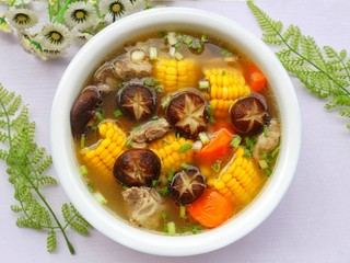 香菇玉米胡萝卜排骨汤,超级鲜香,营养美味的香菇玉米胡萝卜排骨汤。喝汤有益健康,记得经常炖给家人喝。