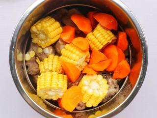 香菇玉米胡萝卜排骨汤,胡萝卜。
