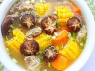 香菇玉米胡萝卜排骨汤,连喝三碗都不够。
