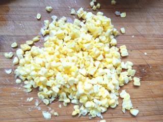 西兰花玉米鸡肉糕,切碎