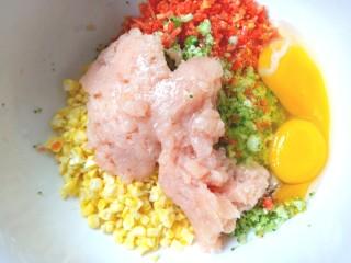西兰花玉米鸡肉糕,打入两个鸡蛋
