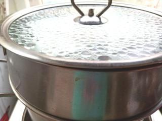 西兰花玉米鸡肉糕,水烧开,蒸30分钟