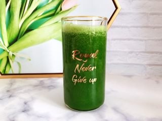 羽衣甘蓝芝麻菜苹果汁,将蔬果汁倒入你喜欢的杯子里
