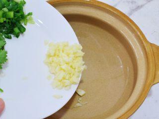 酸辣红薯粉,取一个大碗:加入蒜末