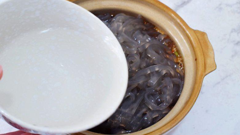 酸辣红薯粉,加入小半碗纯净水