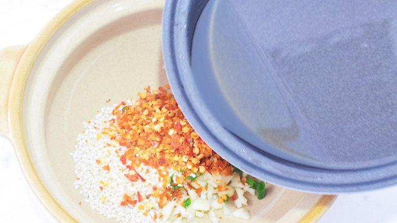 酸辣红薯粉,再把刚才炒花生米的食用油再次烧热后直接浇倒在蒜末爆出香味