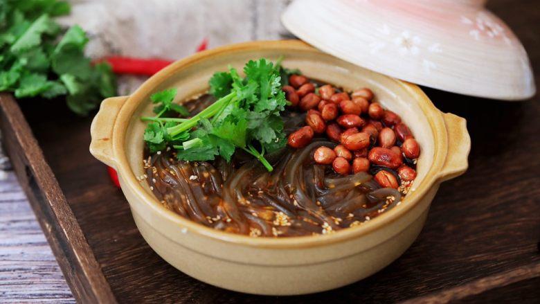 酸辣红薯粉,加入香菜和熟花生米再次搅拌均匀即可享用美食了