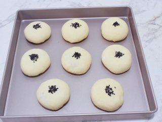 日式蜜豆面包,表面撒上黑芝麻,放温暖处发酵30分钟