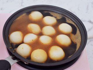 糖不甩,把煮熟的汤圆捞起,滤干,倒入红糖汁中,慢慢的中小火翻炒,让汤圆逐渐上色
