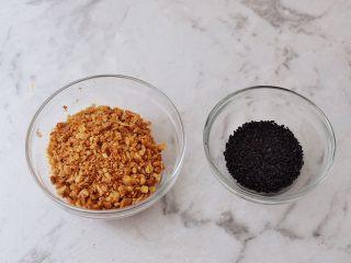糖不甩,花生炒熟去皮压碎备用,黑芝麻炒熟后盛出备用
