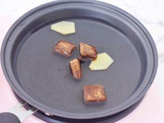 糖不甩,另起锅加入小半碗水,再加入红糖和姜片,煮至红糖融化