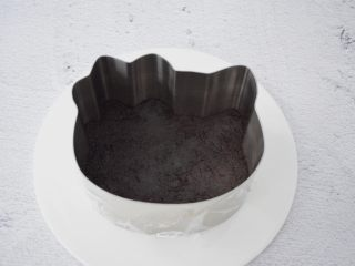 6寸KT猫奥利奥慕斯蛋糕,再倒入慕斯模具中压实,放入冰箱冷藏备用