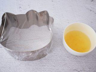 6寸KT猫奥利奥慕斯蛋糕,慕斯模具一面先用保鲜膜封好备用,黄油隔水融化