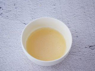 6寸KT猫奥利奥慕斯蛋糕,吉利丁粉加入50克纯牛奶搅拌均匀备用